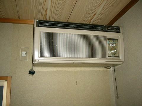 古いエアコン 室外機に水を噴霧して節電 室外機に水を噴霧して節電効果を得る物として、... その
