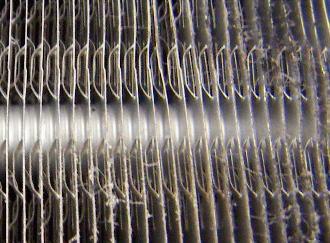熱交換器に付着したほこりを取り除きます。