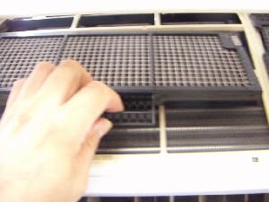 フィルターや空気清浄フィルターを外します。