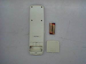 リモコンの電池キャップと電池を外し、分解します。